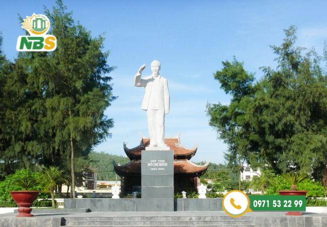 Tượng đài đá Chủ tịch Hồ Chí Minh - danh nhân của dân tộc